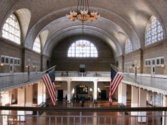 Bootstour zur Freiheitsstatue und Ellis Island - Gebäude