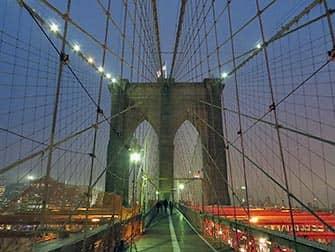 Brooklyn Bridge in New York - Bei Nacht