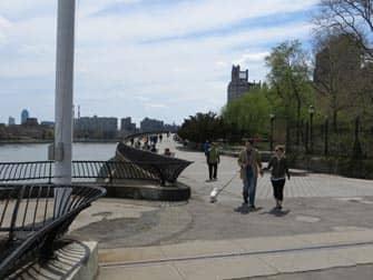 Wie deutsch ist New York? - Spaziergänger im Carl Schurz Park