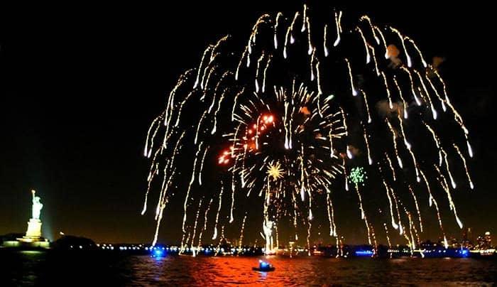 Silvester Bootstour mit Abendessen in New York - Feuerwerk