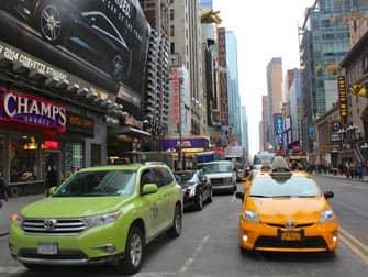 Limonen gruenes Taxi neben einem gelben Taxi in New York City