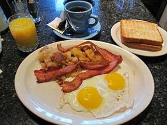 Frühstück in New York - Theatre Row Spiegeleier