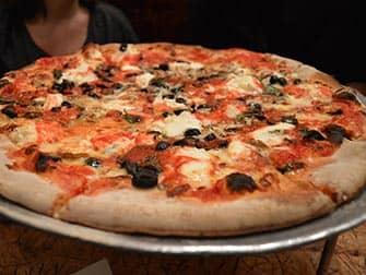 Mit Kindern in NYC essen gehen - Pizza bei John's Pizza