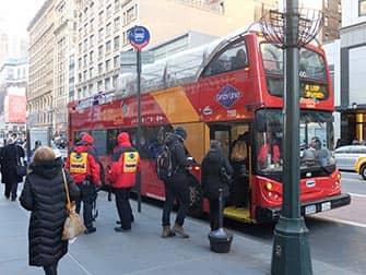 Gray Line Hop on Hop off Bus in New York - Beim Einsteigen
