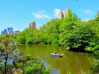Ruderbootverleih im Central Park - Pärchen beim Rudern